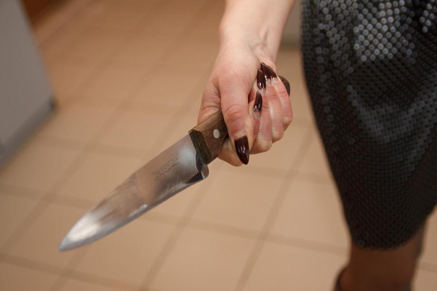 Жительница Тверской области тяжело ранила знакомого, решившего уйти с бутылкой