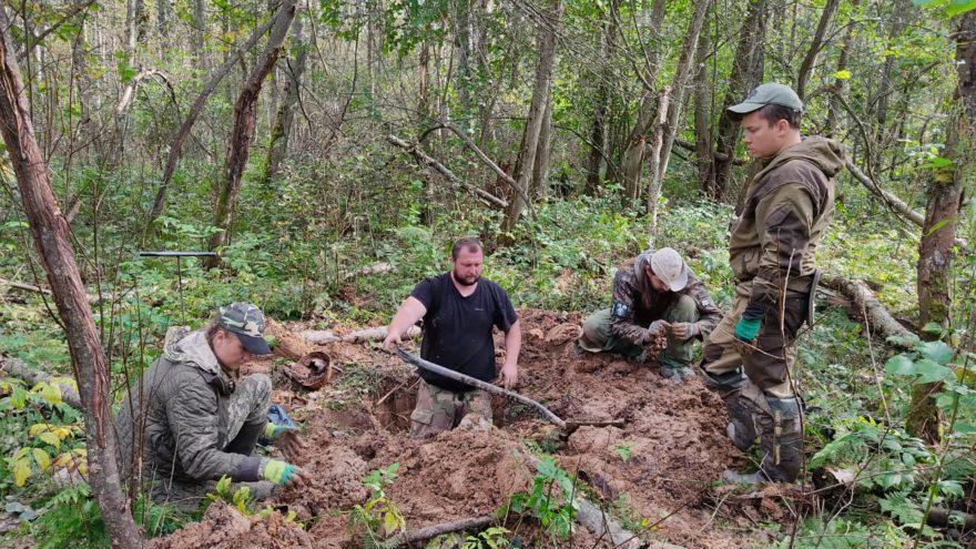В Тверской области нашли останки солдат на дне стрелковой ячейки