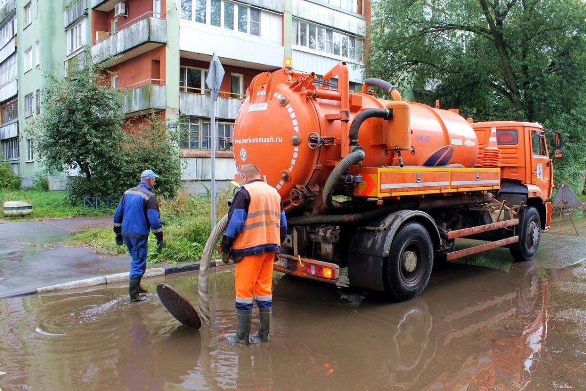Затонувшие после дождя улицы Твери откачивают по заявкам жителей