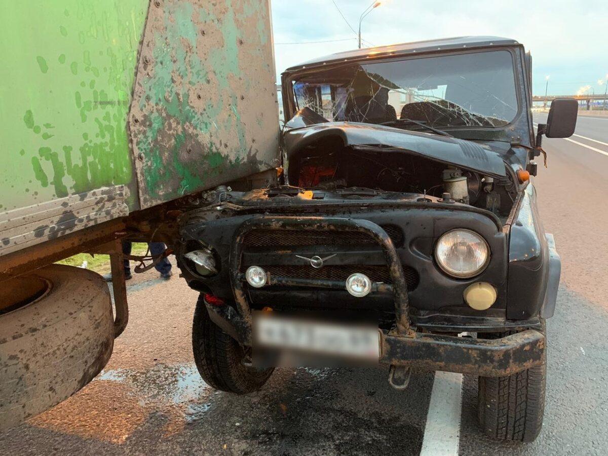 """75-летний водитель """"уазика"""" протаранил грузовик под Тверью"""