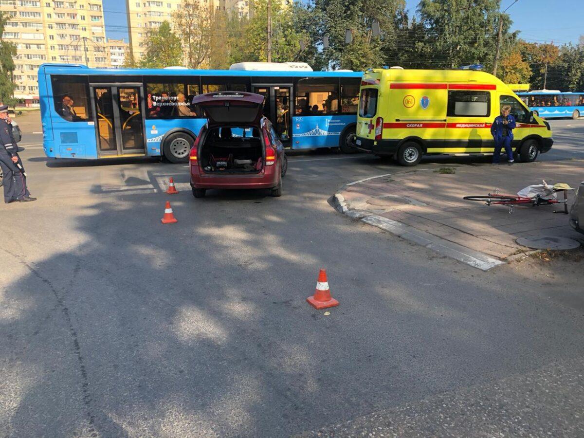 Велосипедист ударился головой после столкновения с Kia в Твери