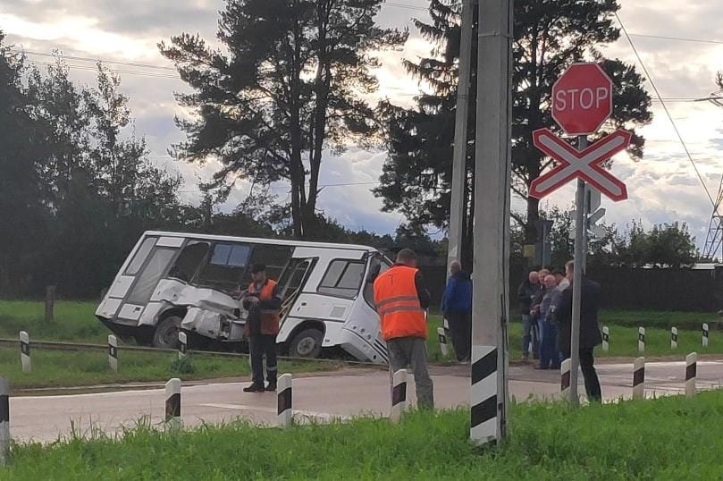 Локомотив протаранил автобус на переезде под Тверью