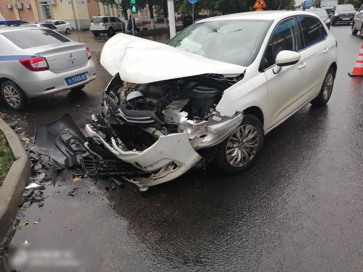 В Твери столкнулись две машины, за рулём были женщины