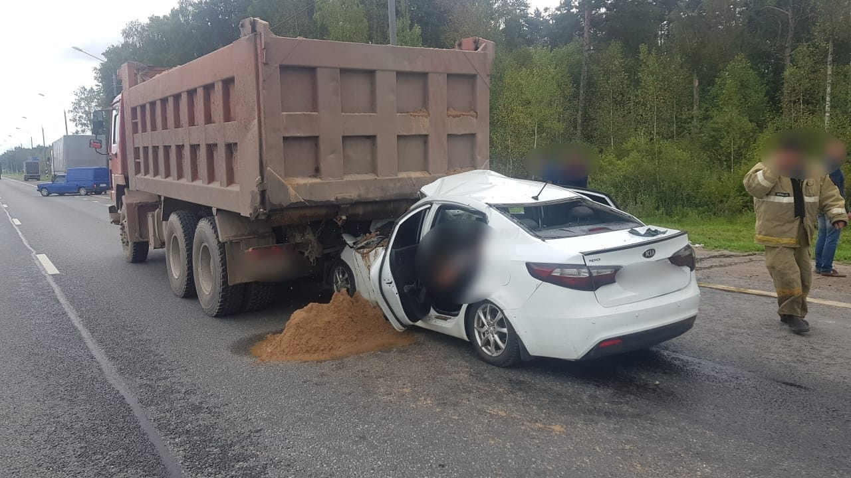 На М-10 в Тверской области тяжелые травмы получил водитель, протаранивший самосвал