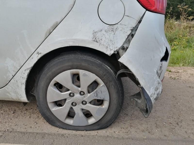 Тверские полицейские, увидев ДТП, помогли женщине заменить колесо и заклеили бампер