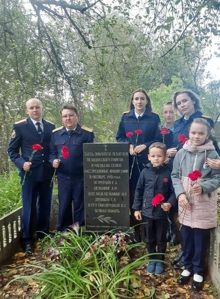 Следователи СК посетили могилу расстрелянного коллеги в Тверской области
