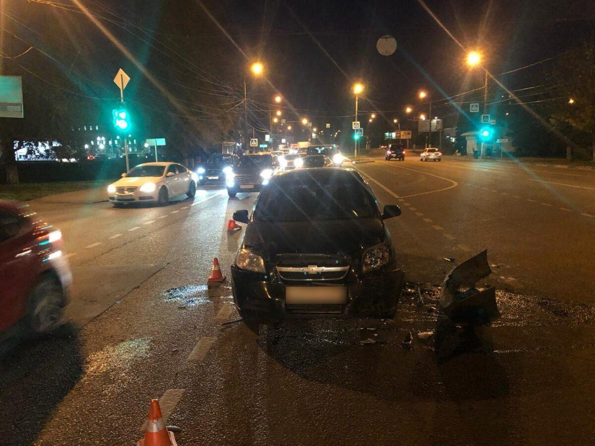 """На перекрёстке в Твери столкнулись """"Фольксваген"""" и """"Шевроле"""", есть пострадавшая"""