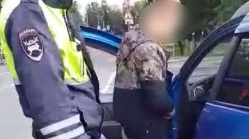 Водитель и пассажиры с наркотиками уснули посреди дороги в Твери