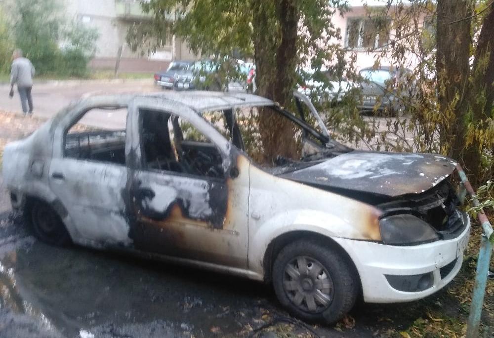 Машины горят: от иномарки в Твери почти ничего не осталось