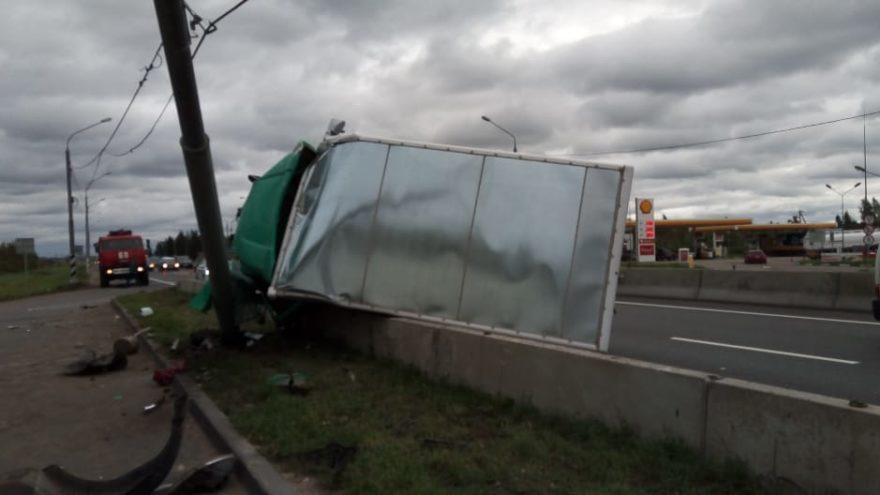Стали известны подробности ДТП с грузовиком, который опрокинулся под Тверью