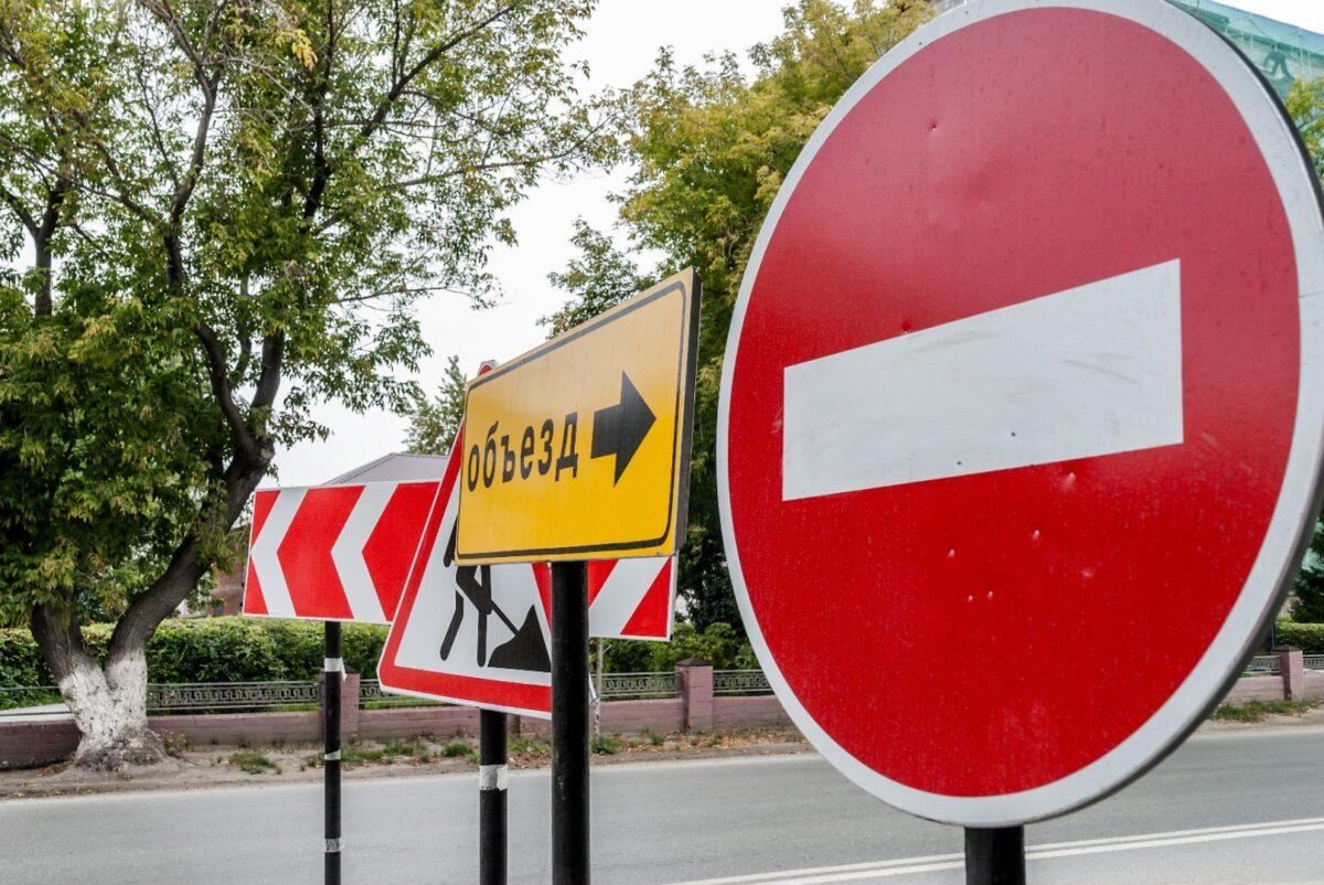 Из-за провала асфальта над канализацией в Твери перекрыли часть улицы