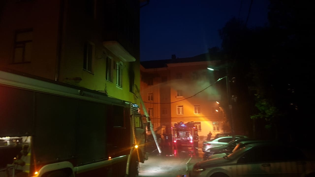 Ночью тверские пожарные спасли людей из горящей квартиры