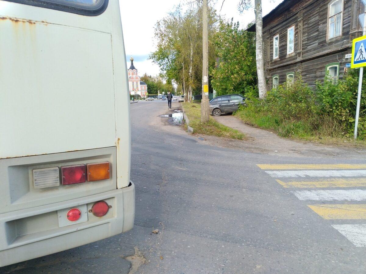 В Тверской области девушка протаранила автобус и отлетела в дом
