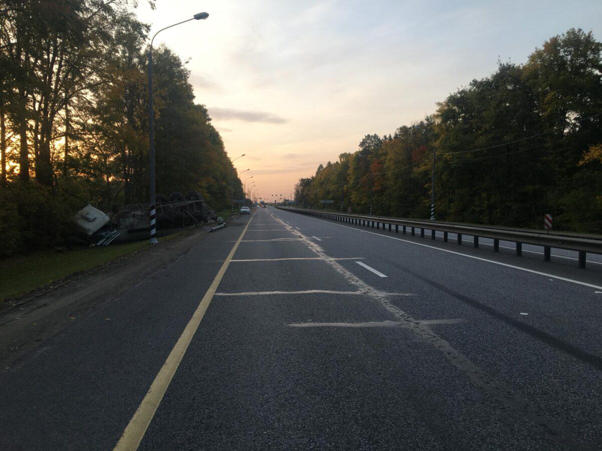 В Тверской области фура снесла столб и рухнула в кювет