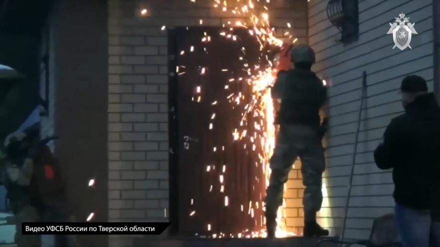 Опубликовано видео, как спецслужбы в Твери штурмуют дом взяточника