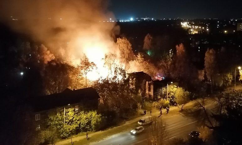 В Твери пожарным удалось остановить огонь и спасти дома