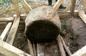 В Твери из оскверненной могилы подняли памятник XIX века