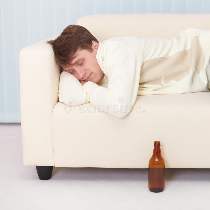 В Тверской области хозяин напился, уснул и остался без денег