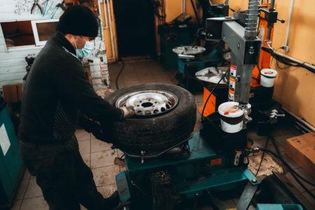 Успеть переобуться в Твери: цены, наклейки, пандемия и шиномонтаж