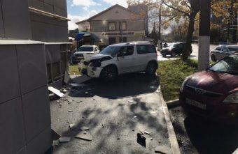 В Твери водитель сбил женщину и врезался в здание