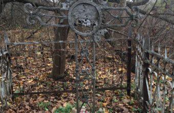 """В Твери на старинном кладбище нашли могилу с """"расстрелянным"""" крестом"""
