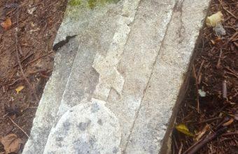 На Волынском кладбище в Твери нашли старинные жертвенные камни с эпитафией
