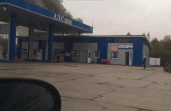 В нескольких метрах от АЗС в Тверской области загорелся автосервис
