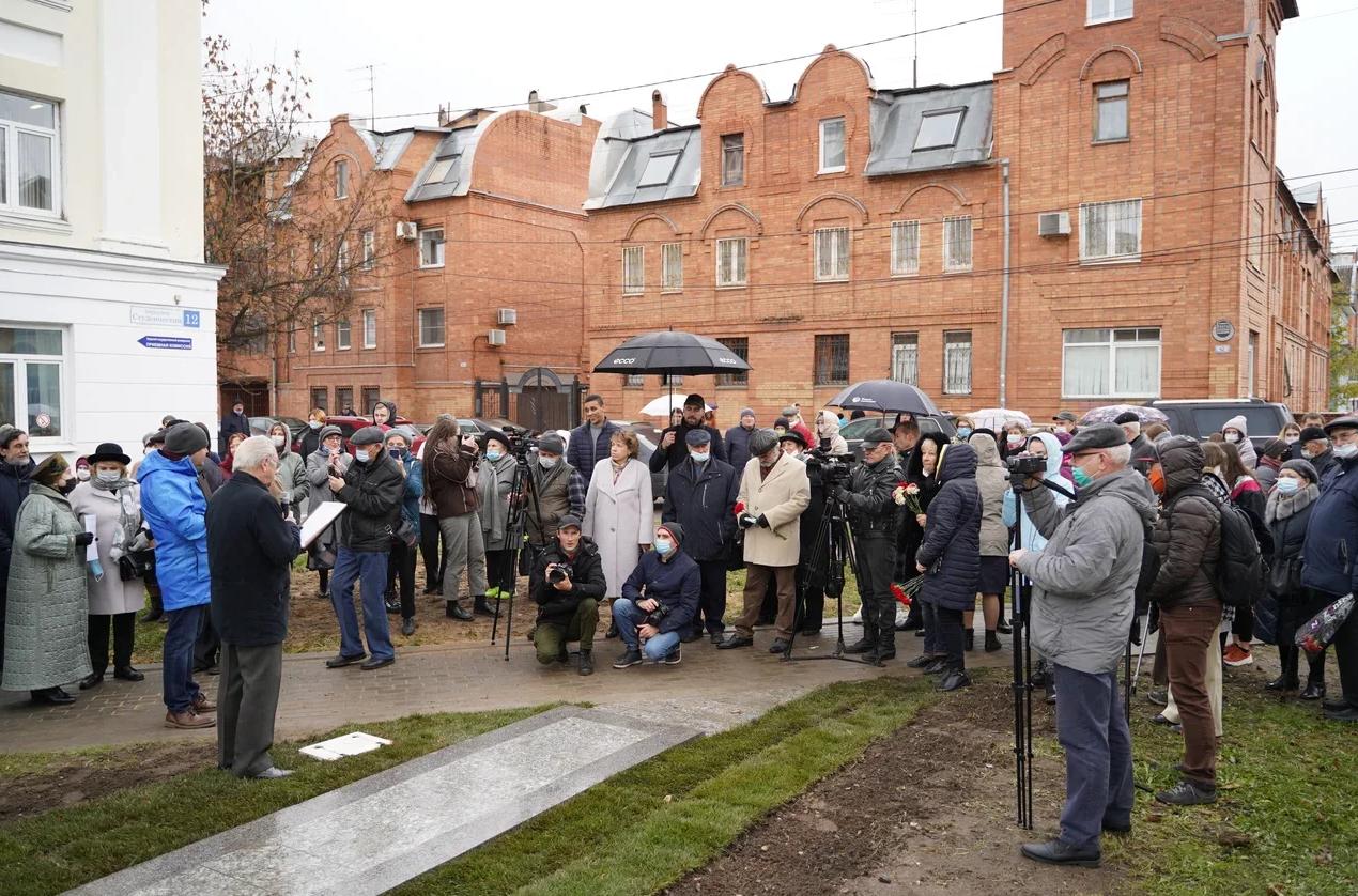 Фото дня: в центре Твери открыли памятник художнику Ефрему Зверькову
