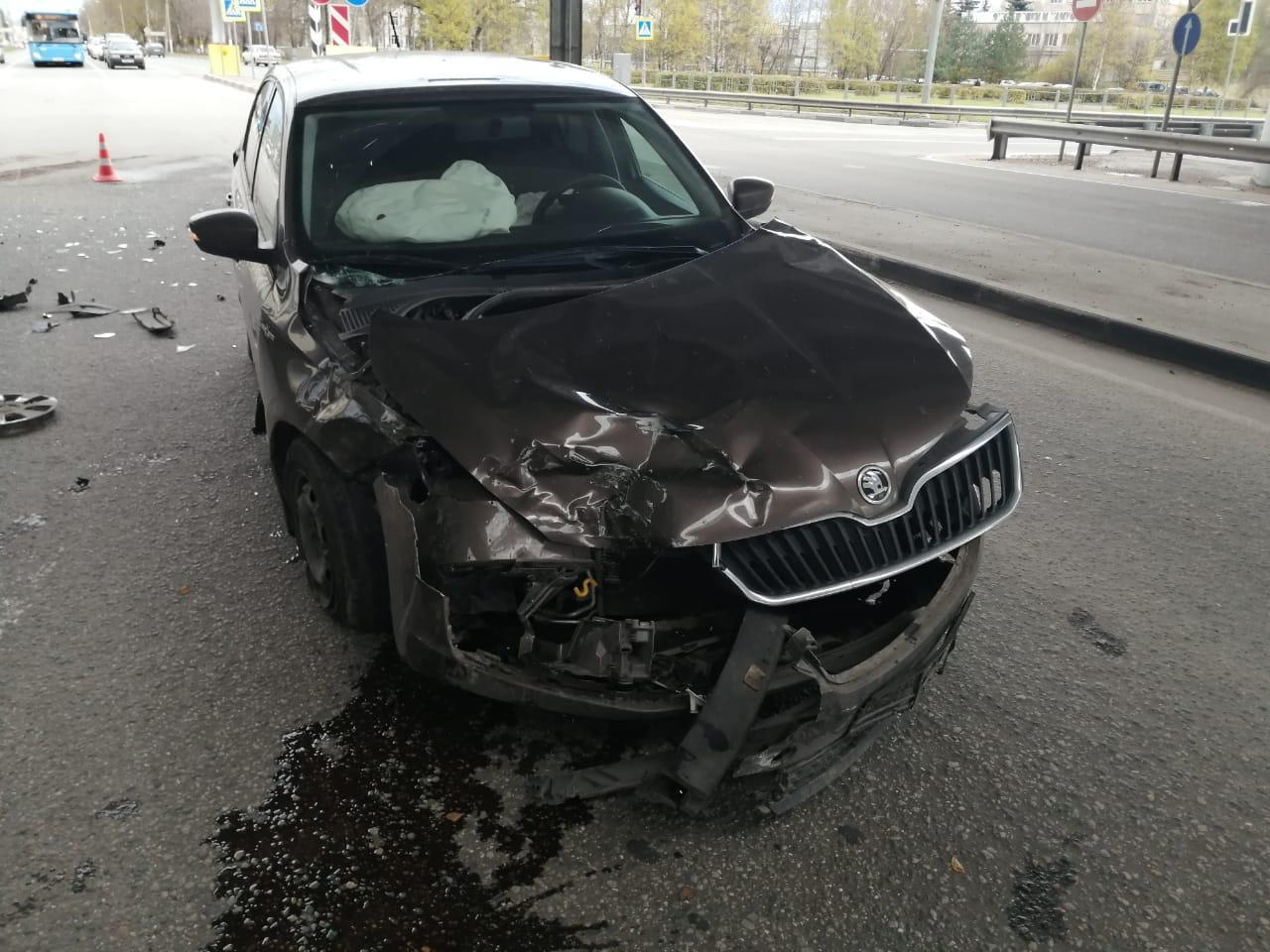 70-летний тверской водитель выехал на красный и протаранил легковушку