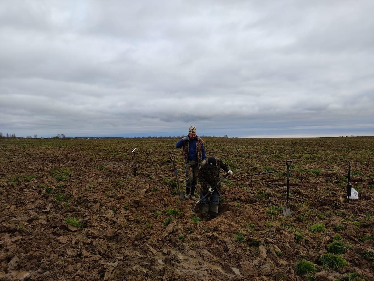 Под Ржевом на вспаханном поле нашли трех красноармейцев со снаряжением
