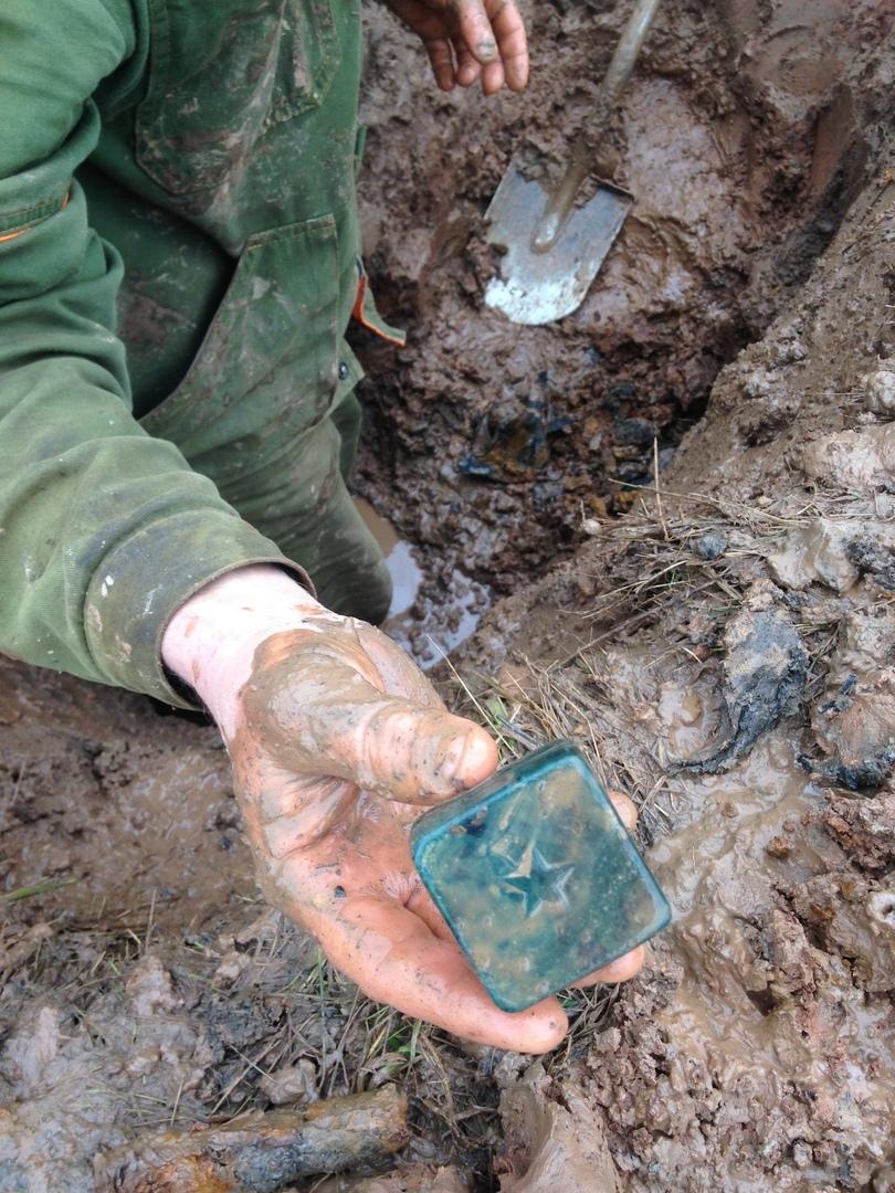 Поисковики нашли под Андреаполем останки солдат и мыльницу с табаком