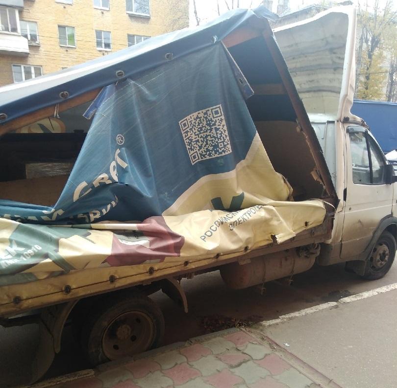 В центре Твери грузовик вылетел на тротуар и врезался в магазин
