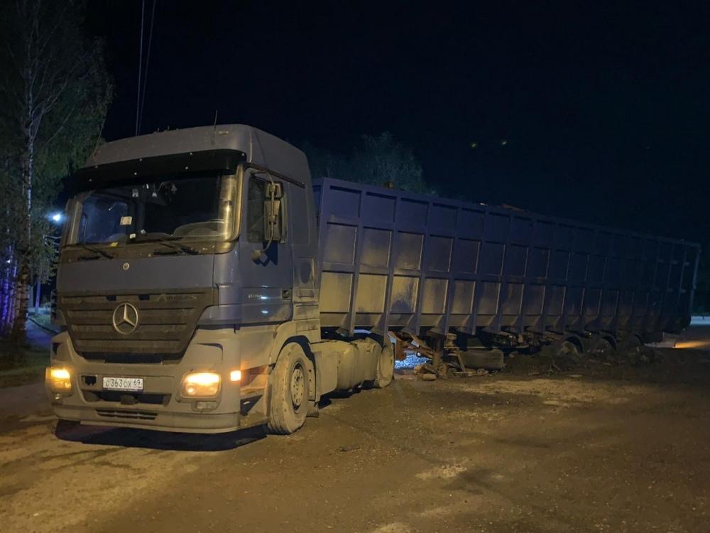 В Тверской области под большегрузом провалилась дорога