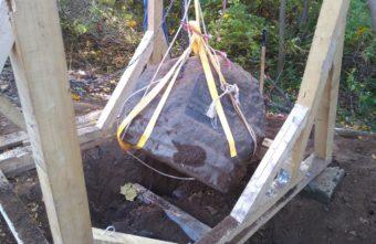 В Твери спустя два месяца подняли памятник весом в тонну