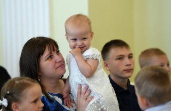 Больше 7200 семей Тверской области получают деньги на своих первенцев