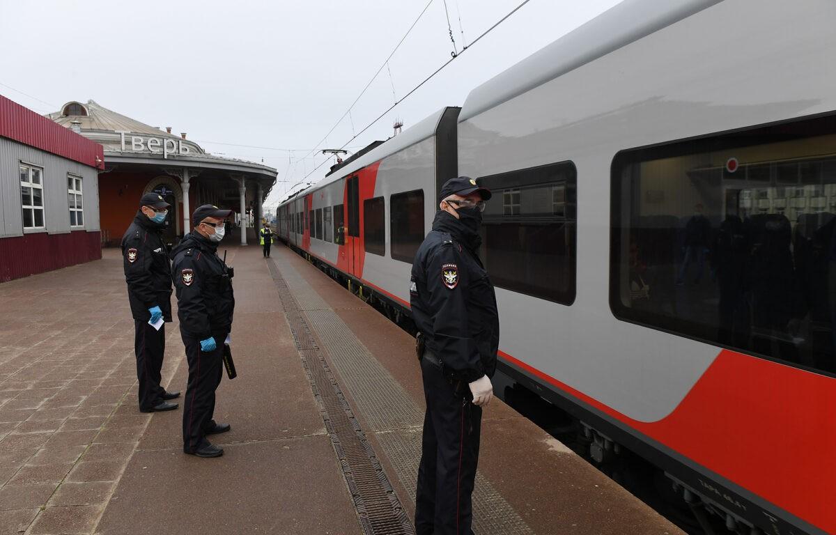 Полиция проверяла маски у пассажиров поездов на вокзале в Твери
