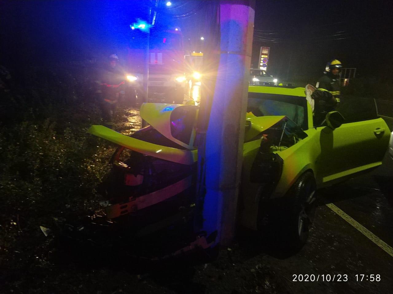 Водитель Chevrolet Camaro протаранил столб в Твери
