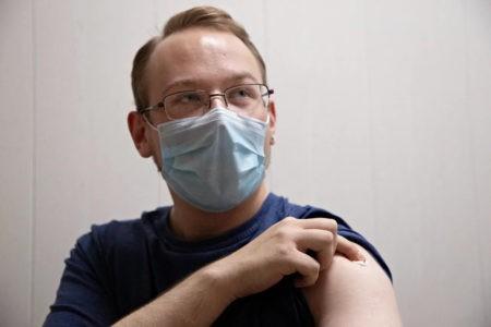 Уколоть журналиста: в Тверской области добровольцы привились от коронавируса