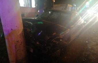 Иномарка протаранила столб после столкновения на перекрёсте в Твери