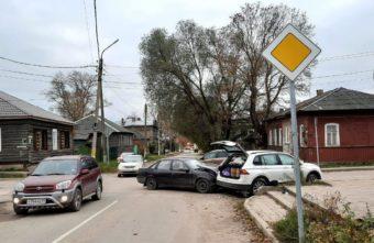 На перекрёстке в Тверской области столкнулись две иномарки, есть пострадавший