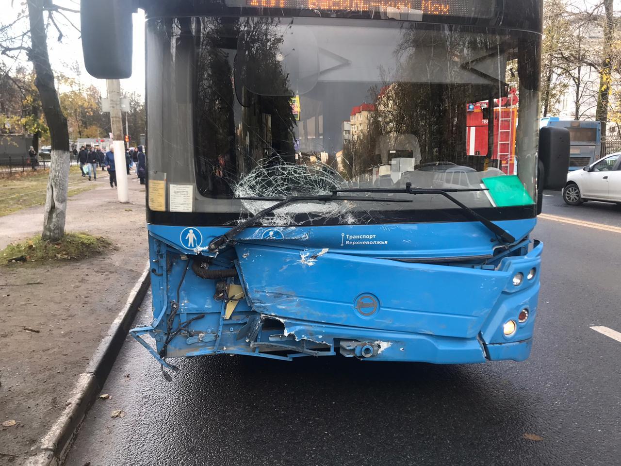В центре Твери произошло серьезное ДТП с автобусом