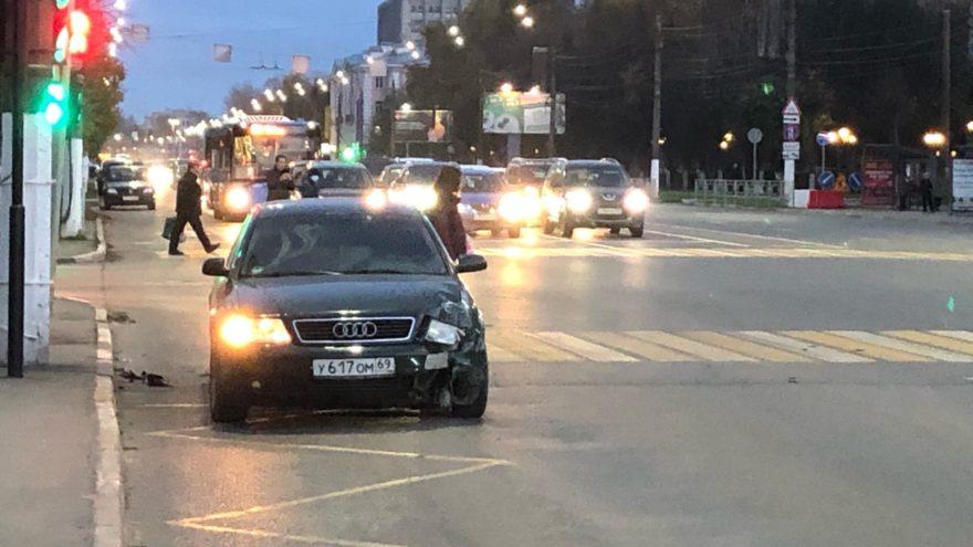 В Твери «Ауди» и «Хендай» не поделили улицу Вагжанова