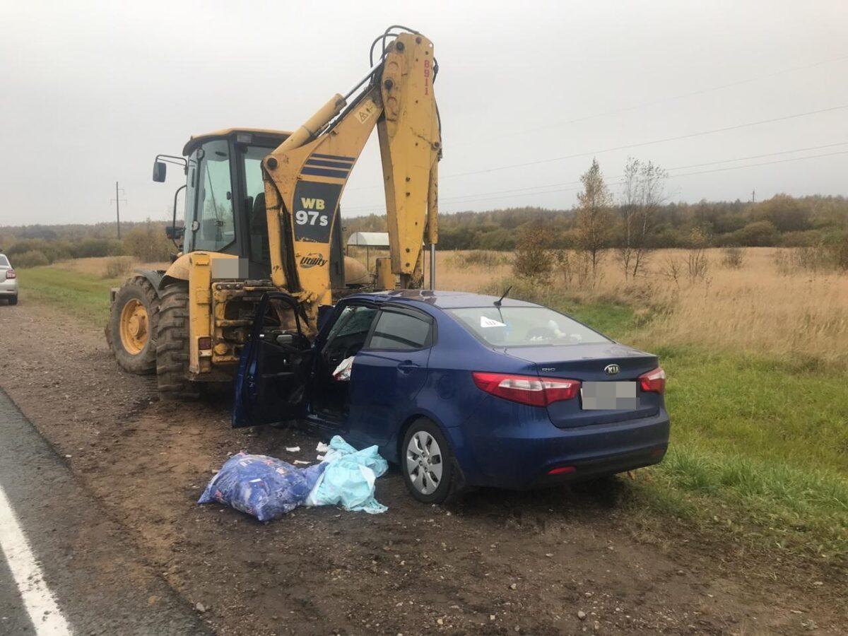 На трассе в Тверской области иномарка врезалась в экскаватор