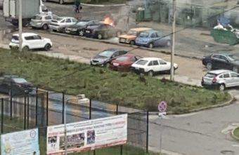 В Твери загорелась припаркованная во дворе машина