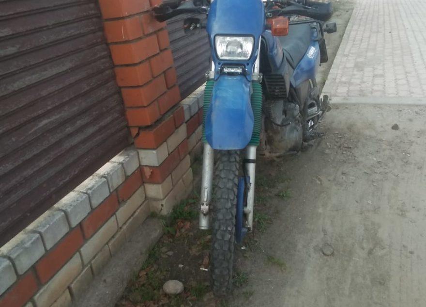 В Тверской области перевернулся мотоциклист, объезжавший машины по тротуару