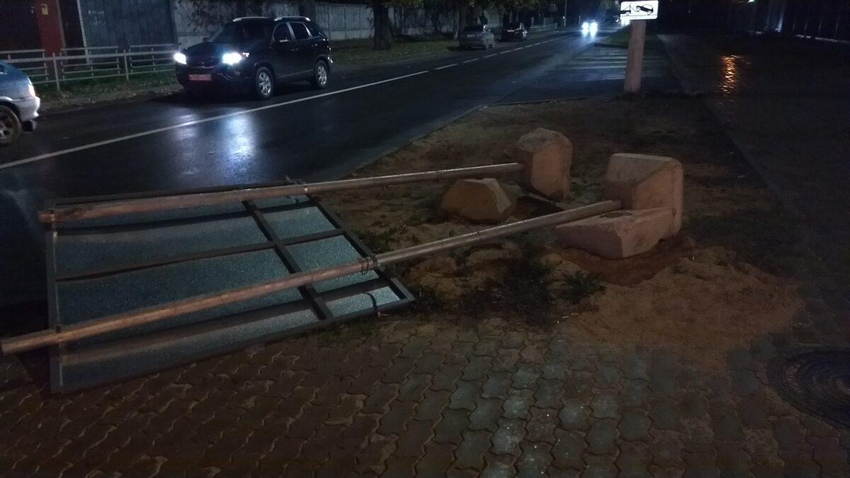В Твери на тротуар упал тяжелый информационный щит