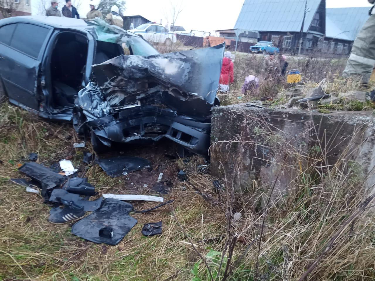 Skoda протаранила бетонные блоки в Тверской области, есть пострадавшие