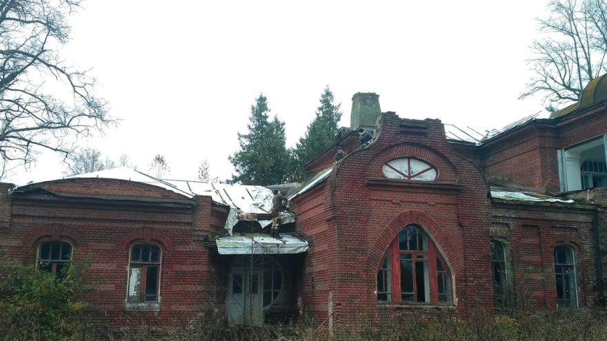 Волонтёры спасают от разрушения старинную усадьбу в Тверской области