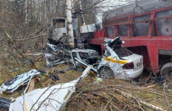 Опубликованы фотографии с места смертельного ДТП на трассе М-9 в Тверской области