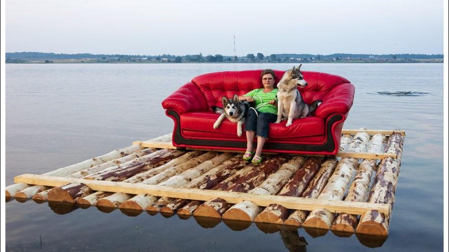 По дорогам, рекам и озёрам Тверской области проехал красный диван